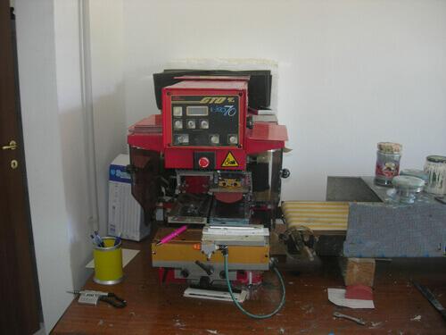 Macchina Tampografica stampa su piccoli oggetti.