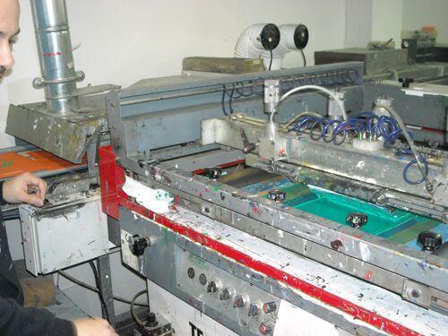 Macchina semi automatica per stampa serigrafica.